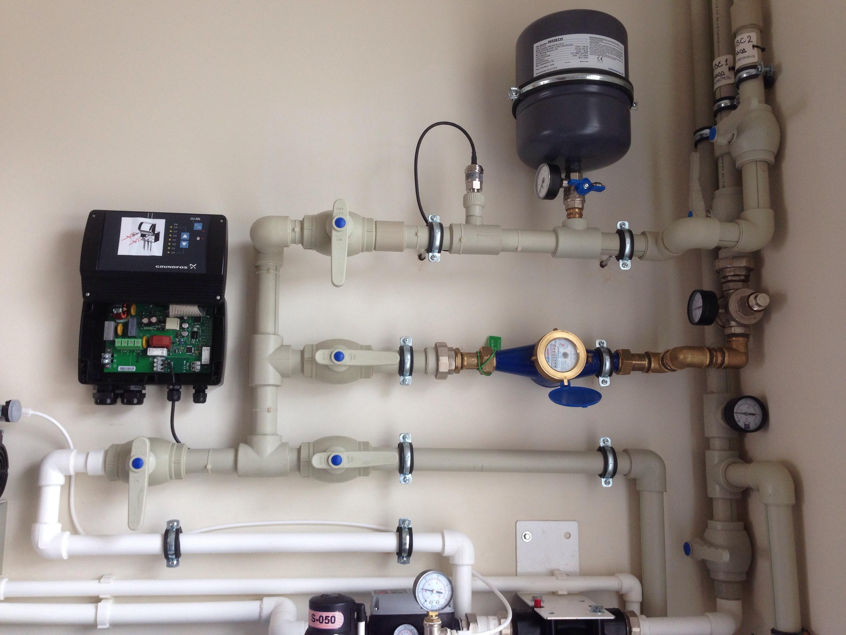 Разводка системы водоснабжения, контроллер управления насосом Grundfos, водосчетчик, расширительный бак Reflex